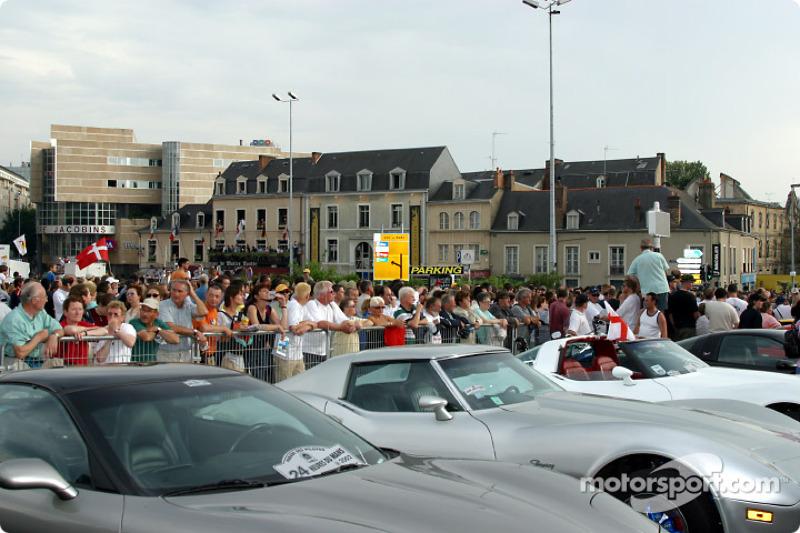 Formación de Corvette en Place des Jacobins
