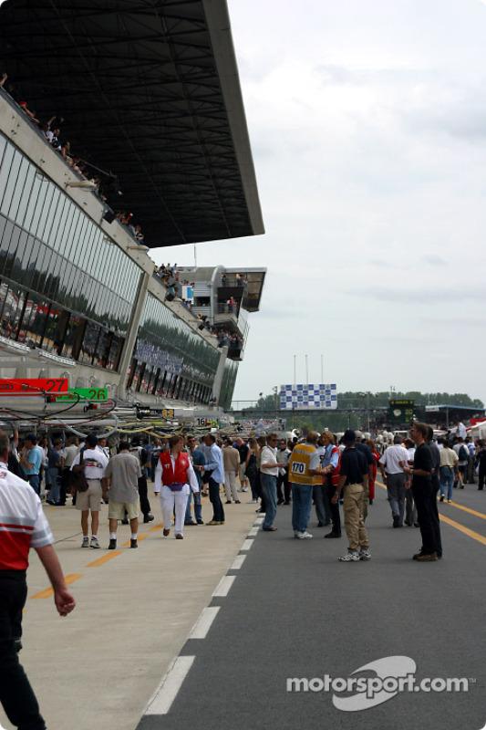 Actividad en pits antes de la carrera