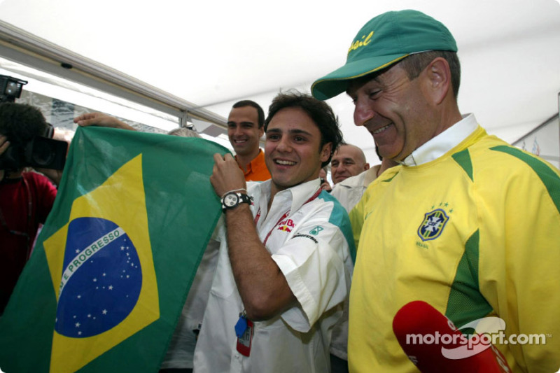 Felipe Massa y Peter Sauber celebrando el triunfo de Brasil en los cuartos de final del Mundial