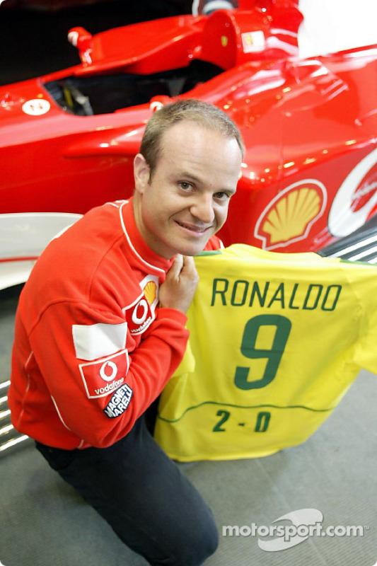 Rubens Barrichello celebrando el triunfo de Brasil en el Mundial