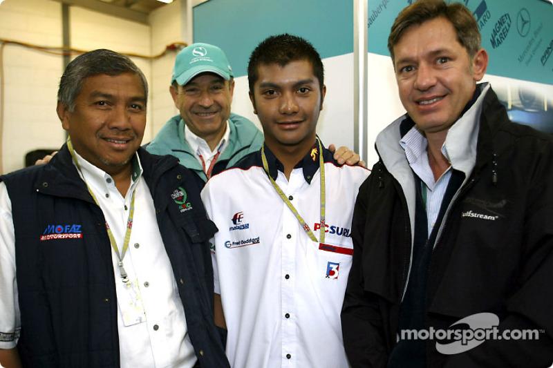 El piloto malayo Mohamed Fairuz Mohamed Fauzy visitando al Equipo Sauber: Fairuz y Peter Sauber