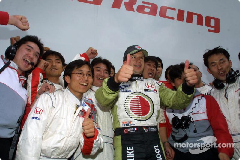 Olivier Panis celebrando con miembros del equipo Honda
