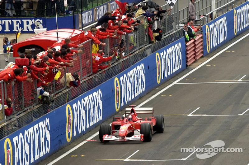 Michael Schumacher recibiendo la bandera a cuadros