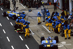A busy Renault F1 pit crew