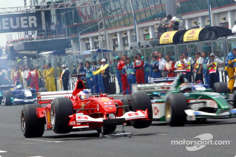 Проблеми в Рубенса Баррікелло (Ferrari) на старті формувального кола