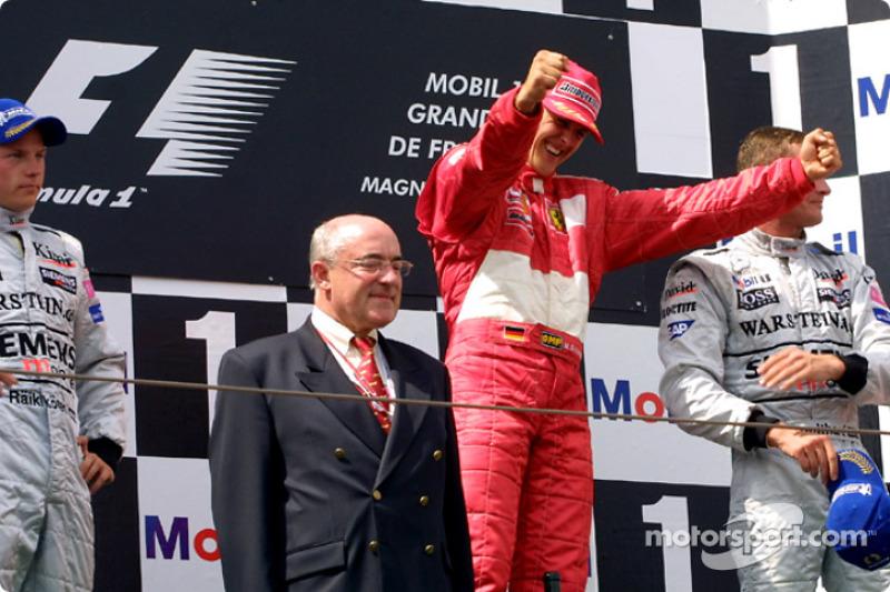 El podio: el ganador de la carrera, Michael Schumacher con Kimi Raikkonen y David Coulthard
