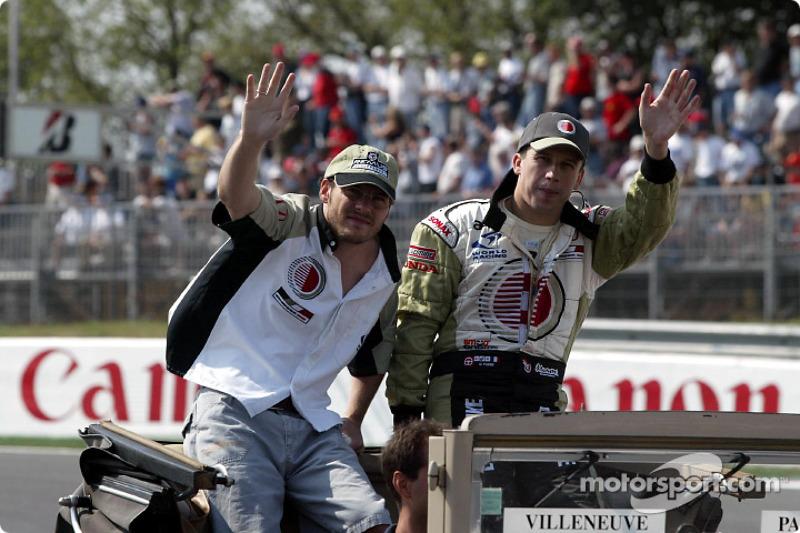 Jacques Villeneuve y Olivier Panis en el desfile de pilotos