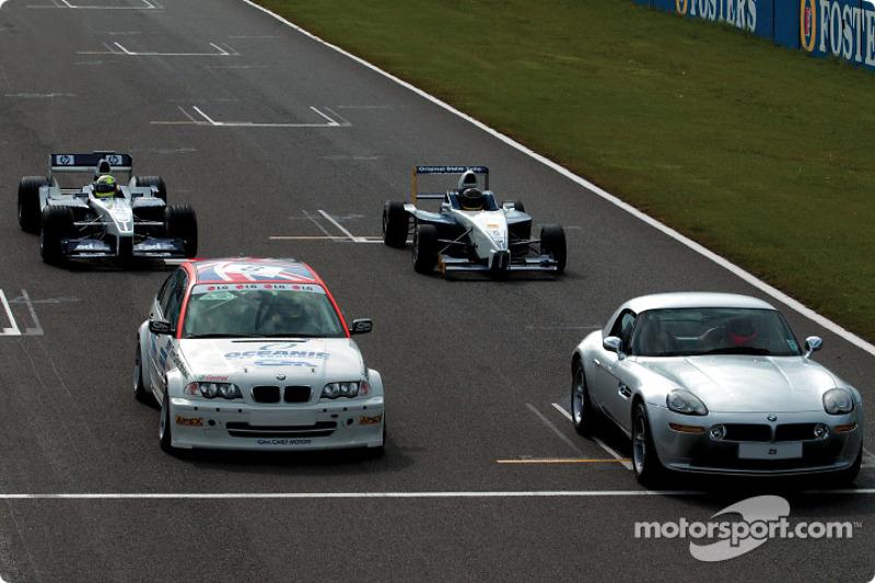 Ralf Schumacher en el WilliamsF1 BMW FW24, Bruno Giacomelli en el BMW Z8, Tom Coronel en el BMW 320i