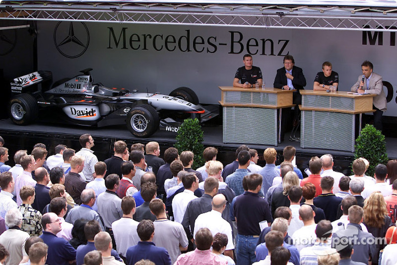 David Coulthard and Kimi Raikkonen visiting their Mercedes-Benz colleagues in the factory at Sindelf