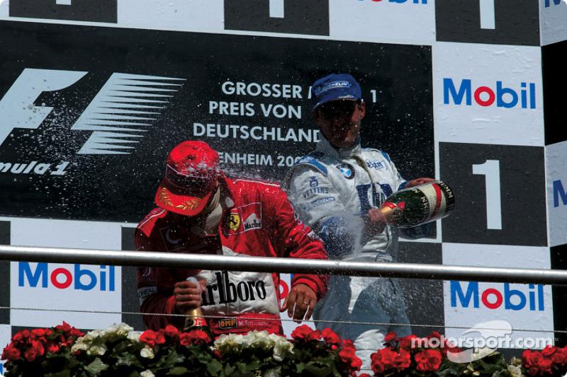 El podio: champaña para Michael Schumacher y Juan Pablo Montoya