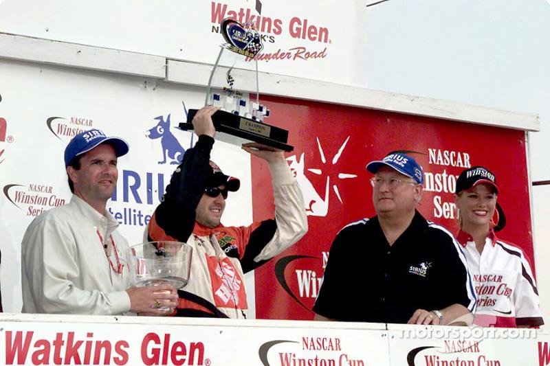 Tony Stewart y el trofeo