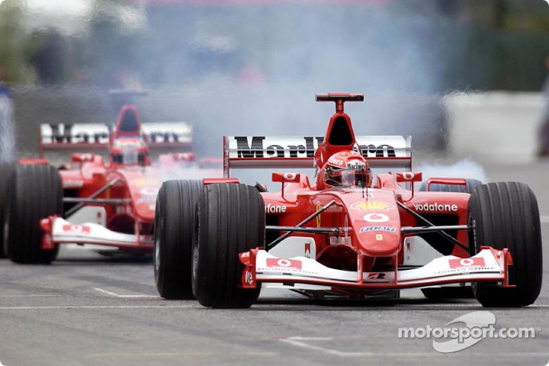 Michael Schumacher rumbo a la parrilla de salida