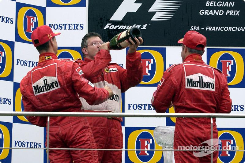 El podio: champaña para Michael Schumacher, Rubens Barrichello y Ross Brawn