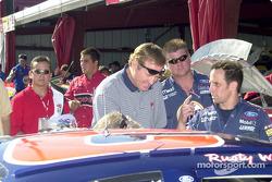 Rusty Wallace da un vistazo a su auto previo a la carrera