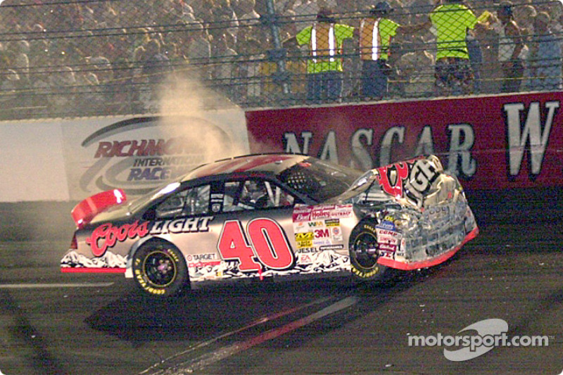 El auto de Sterling Marlin sigue sacando humo