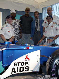 Sauber Petronas and United Nations join forces against HIV/AIDS: Nick Heidfeld, Felipe Massa and Peter Sauber