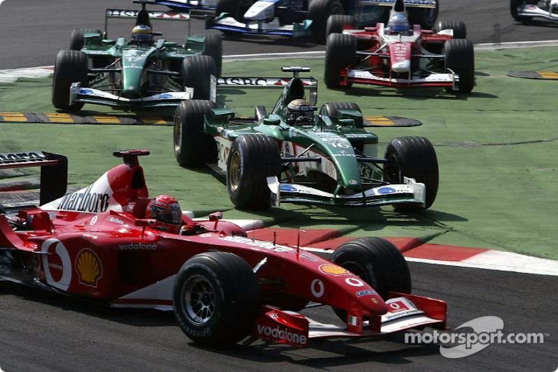 La arrancada: Michael Schumacher y Eddie Irvine