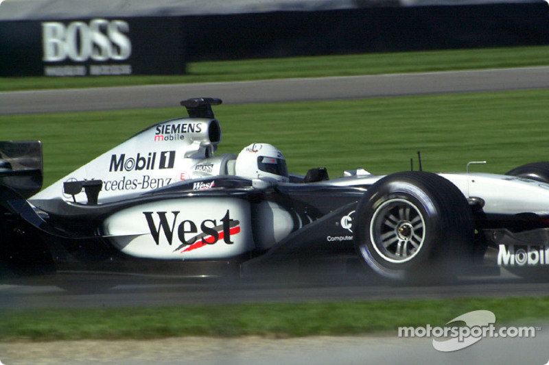 La piloto de la IRL, Sarah Fisher dio una vuelta de demostración en el West McLaren Mercedes