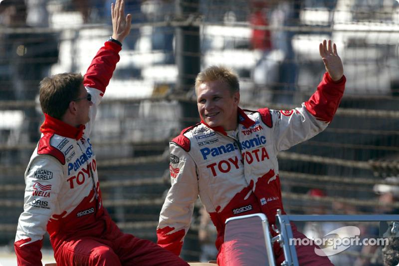 Desfile de pilotos: Allan McNish y Mika Salo