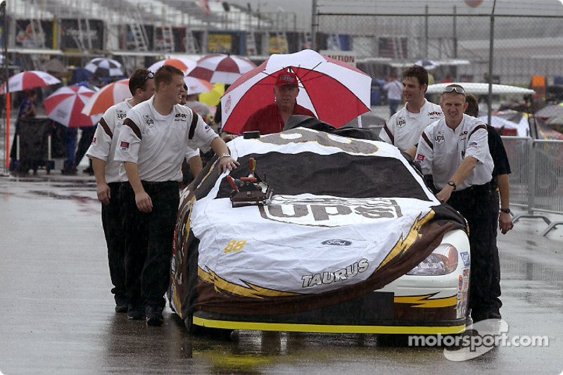 El equipo Robert Yates empuja el UPS Ford Taurus entre la lluvia