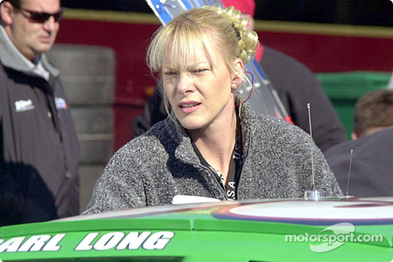 Miembro de equipo en el auto de Carl Long