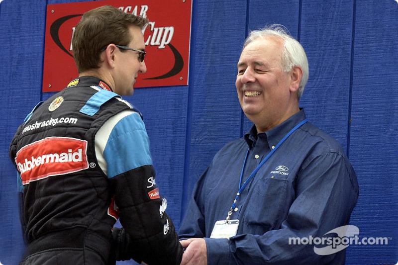 Nick Scheele, presidente y COO de Ford Motor Co. y Grand Marshal de las NAPA 500, estrecha la mano de Kurt Busch