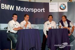 Los pilotos de BMW, Dirk Muller, Jorg Muller, Gerhard Berger y Dr. Mario Theissen (directores de BMW Motorsport) en la conferencia de prensa