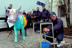 Ralf Schumacher piloto del BMW WilliamsF1 2002 se divierte ordeñando una vaca