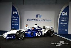 Juan Pablo Montoya y Ralf Schumacher con el nuevo BMW Williams F1 FW25
