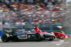 Michael Schumacher essaie de dépasser Kimi Raikkonen