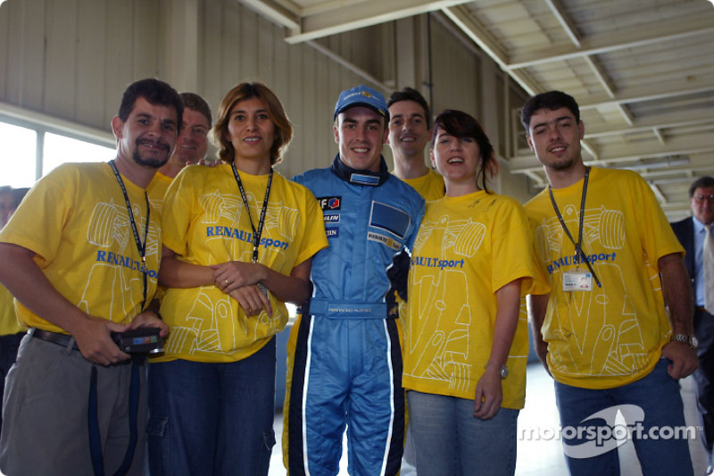 Visit of the Ayrton Senna Renault Factory in Curitiba: Fernando Alonso with employees