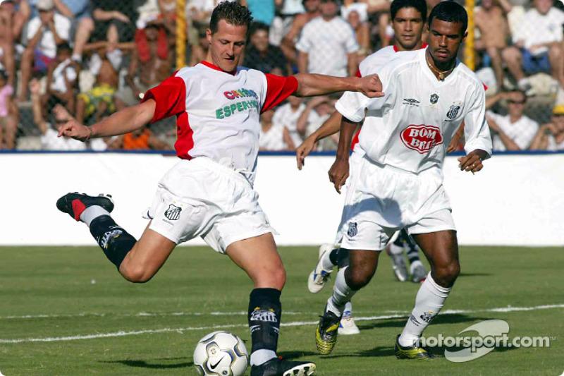 Michael Schumacher juega futbol en Santos