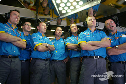 Renault F1 crew members during Fernando Alonso's qualifying lap
