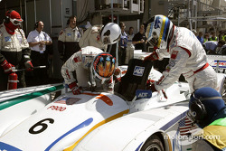 J.J. Lehto and Stefan Johansson during the driver change