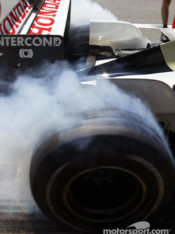 Jacques Villeneuve smokes the tires