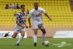 Partido de fútbol en Stade Louis II en Mónaco: Michael Schumacher y Riccardo Patrese