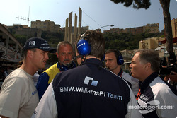 Ralf Schumacher discusses with Patrick Head and Williams-BMW team members