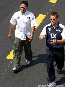 Juan Pablo Montoya paseos para el desfile de pilotos
