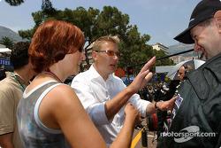 Mika y Erja Hakkinen discuten con Adrian Newey