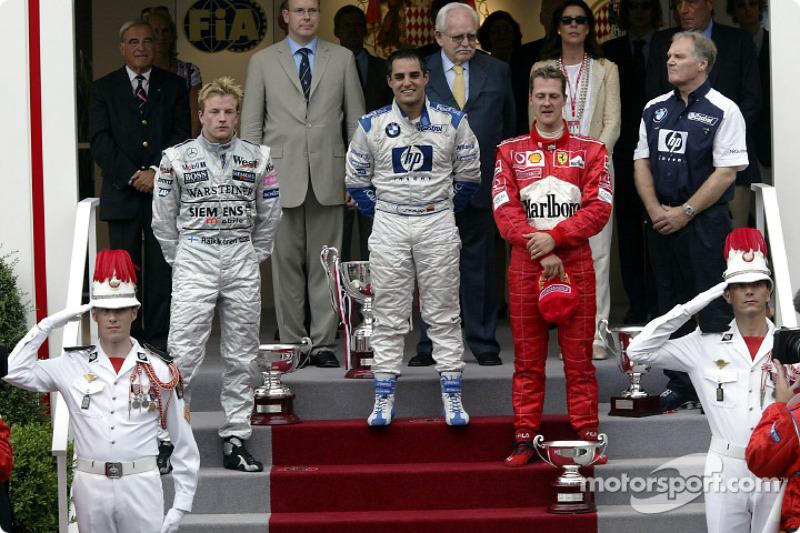 Podio: el ganador de la carrera Juan Pablo Montoya con Kimi Raikkonen y Michael Schumacher
