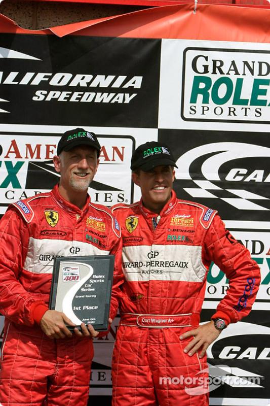 Brent Martini et Cort Wagner tiennent leur trophée après avoir fini 1er des GT au Grand American 400