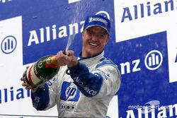 Podio: champaña para el ganador de la carrera Ralf Schumacher