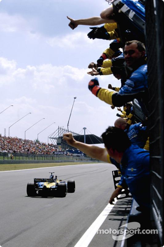 Renault F1 team cheer Fernando Alonso