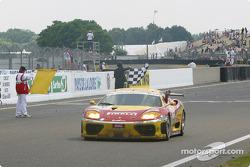 La Ferrari 360 Modena n°70 de l'équipe JMB Racing pilotée par David Terrien, Fabrizio de Simone, Fabio Babini passe le drapeau à damiers