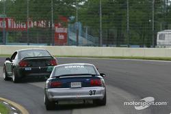 la Mustang Cobra SVT n°52 de l'équipe Rehagen Racing pilotée par Larry Rehagen, Dean Martin, et Mustang Cobra R n°37 de l'équipe JBS Motorsports pilotée par Jimmy Seafuse, Bret Seafuse