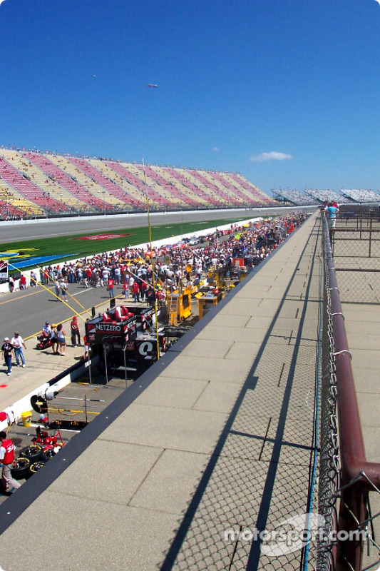 Pitroad before the race