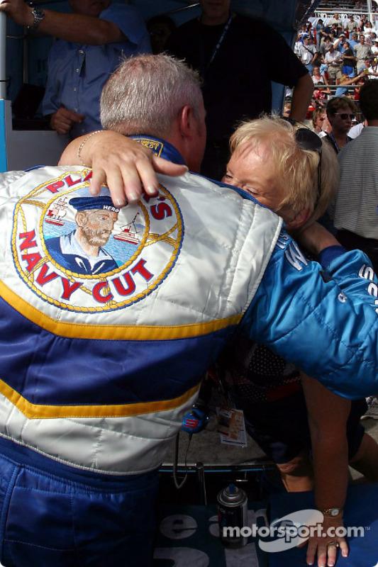 Paul Tracy fait un câlin à sa mère après avoir fait le tour le plus rapide de la journée