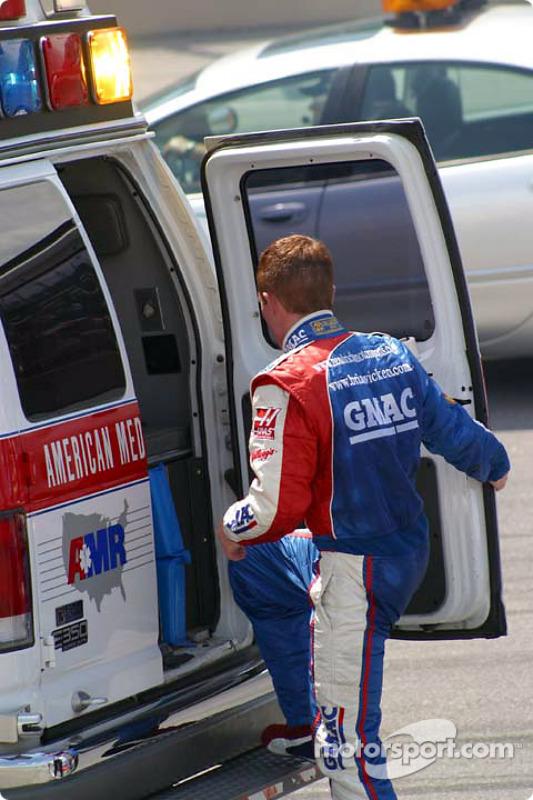 Brian Vickers entre véhicule d'urgence
