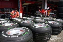 Un membre de l'équipe Ferrari prépare les pneus