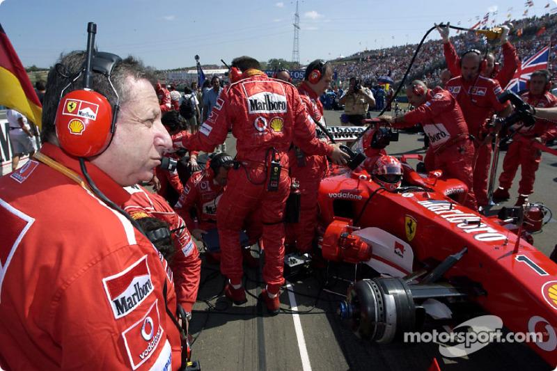 Jean Todt y Michael Schumacher en el inicio de la parrilla